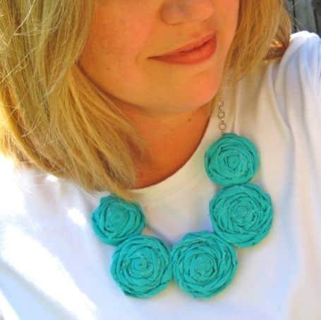 Este colar com rosas de tecido sofisticada até camiseta básica (Foto: everythingetsy.com)