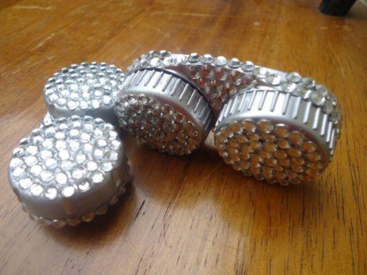 Decorar case de lente de contato é ótima opção se você vai reaproveitar esta embalagem para outras funções (Foto: hubpages.com)