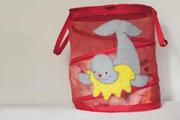 Decorar cesto de brinquedos é muito fácil e divertido (Foto: howjoyful.com)