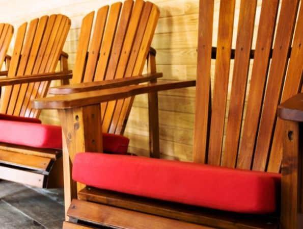 Com almofadas para cadeira além de conforto você consegue também beleza (Foto: sew4home.com)