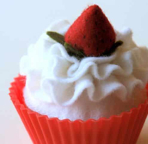 Este cupcake de feltro pode decorar qualquer ambiente (Foto: artesanatossempre.blogspot.com.br)