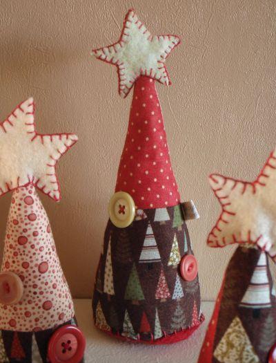 Esta miniárvore de Natal em tecido é diferente, mas muito fácil de ser feita (Foto: carol-carolcraft.blogspot.com.br)