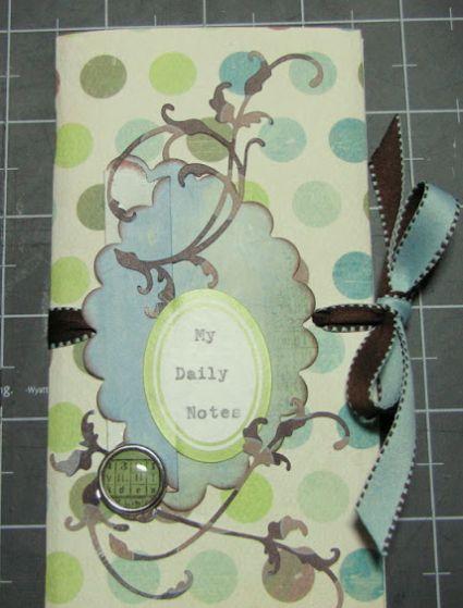 Este miniálbum simples é delicado e deixa o material que você colocar nele muito mais charmoso (Foto: craftblender.com)