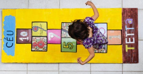 Com este tapete de amarelinha para brincar seus filhos não vão quer saber de aparelhos eletrônicos (Foto: mulher.uol.com.br)