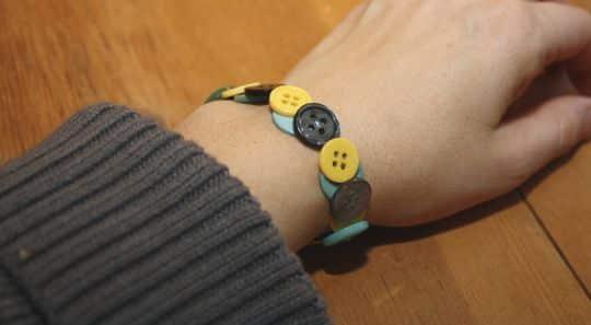 Esta divertida pulseira com botões renova seu visual (Foto: weefolkart.com)