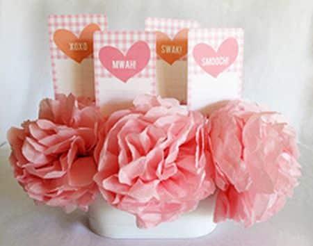Você pode fazer flor de papel de seda para enfeitar tanto a sua casa quanto a sua festa, caso você esteja planejando organizar uma e a decoração fique por sua conta. E como é muito fácil