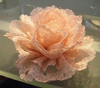 Esta flor de renda pode frequentar qualquer lugar (Foto: amocraft.blogspot.com.br)