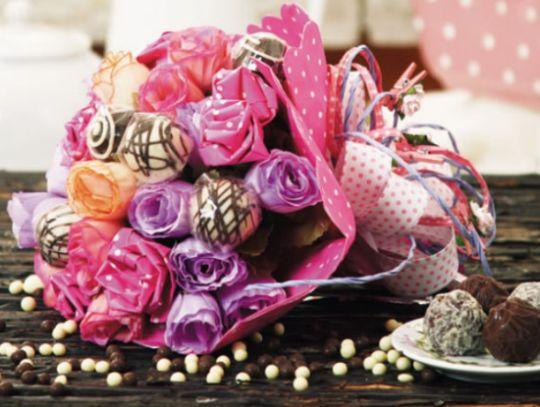 Este buquê de flores com doces é também ótima opção de presente para o Natal (Foto: diy-enthusiasts.com)