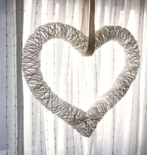 Qualquer lugar pode ser decorado com este coração de barbante (Foto: michelemademe.com)