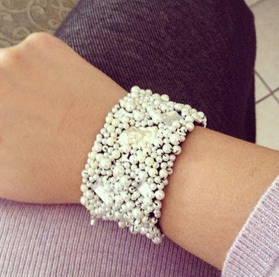 Bracelete de pérolas deixa qualquer visual muito mais bonito (Foto: vjuliet.com)