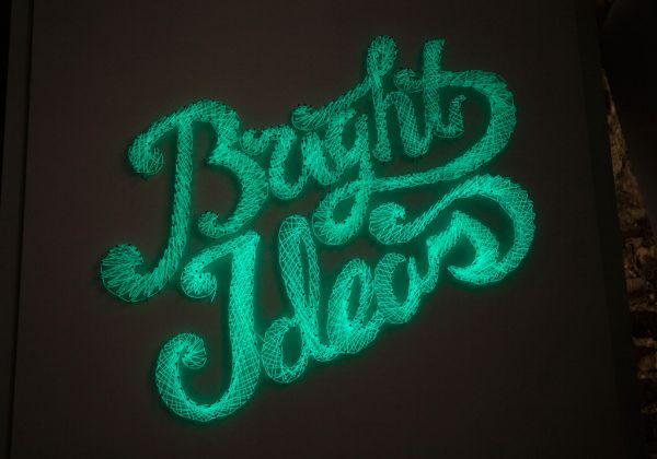 Painel com letras iluminadas pode decorar qualquer lugar (Foto: brit.co)