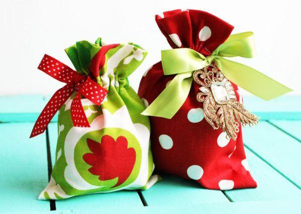 Com este saquinho de tecido para o Natal o seu presente ficará muito mais especial (Foto: positivelysplendid.com)