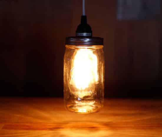 Luminária com pote de vidro é fácil de ser feita (Foto: diyready.com)