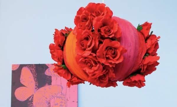 Luminária com rosas é barata para ser feita, mas muito bonita e sofisticada (Foto: diy-enthusiasts.com)