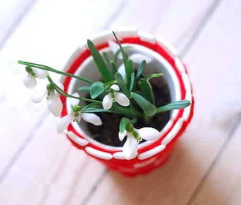 É muito fácil fazer este vasinho de copo descartável (Foto: krokotak.com)
