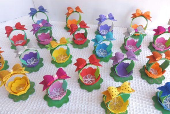 Cestinha de flor em EVA é fácil de ser feita, e é muito linda e encanta a todos (Foto: cardsandschoolprojects.blogspot.com.br)
