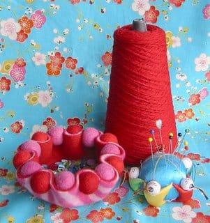Cestinha de feltro acomoda o que você quiser (Foto: blog.betzwhite.com)
