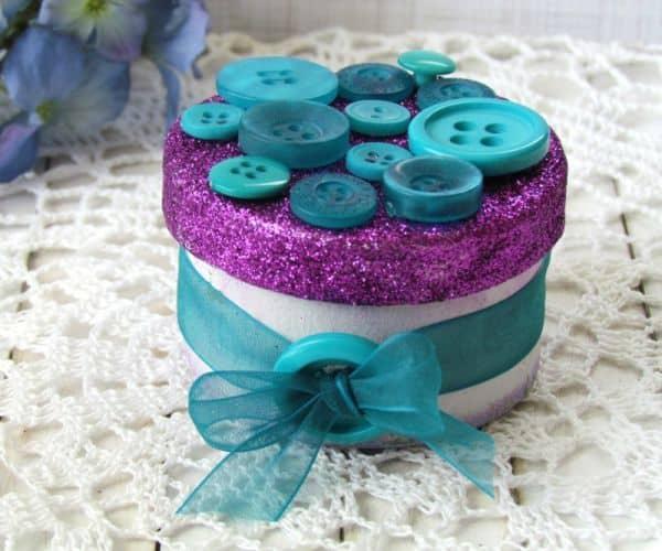 Caixa decorada com botões é delicada, linda e fácil de ser feita (Foto: buttonsgaloreandmore.net)