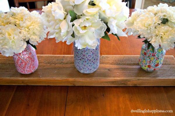 Invista nesta diferente técnica para decorar potes de vidro com tecido (Foto: dwellinginhappiness.com)