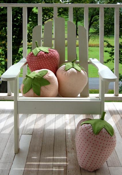 Almofada em formato de morango pode ser colorida também (Foto: purlbee.squarespace.com)