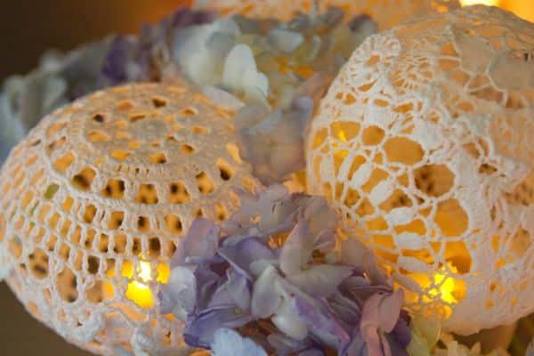 Decoração de casamento com crochê é delicada e perfeita para o seu grande dia (Foto: glamourandgraceblog.com)