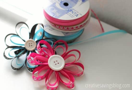 Enfeite de cabelo com flor de fitas pode ter as cores que você quiser (Foto: creativesavingsblog.com)