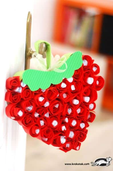 Morango de papel em formato de coração decora de forma simpática qualquer espaço (Foto: krokotak.com)