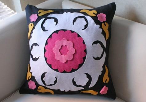 Almofada decorada com feltro é linda e também muito fácil de ser feita (Foto: designsponge.com)