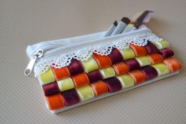 Customizar uma bolsinha de maquiagem, deixando-a bem colorida, é muito fácil (Foto: missteaandco.blogspot.com.br)