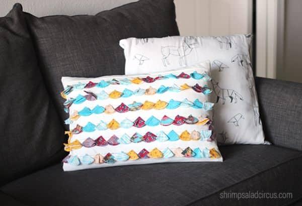 Comece a decorar almofadas com retalhos de tecidos e ganhe também um novo passatempo (Foto: shrimpsaladcircus.com)
