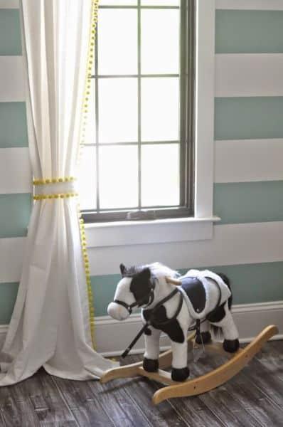 Decorar uma cortina com pompons vai deixar o seu cômodo mais divertido (Foto: beckhamandbelle.com)