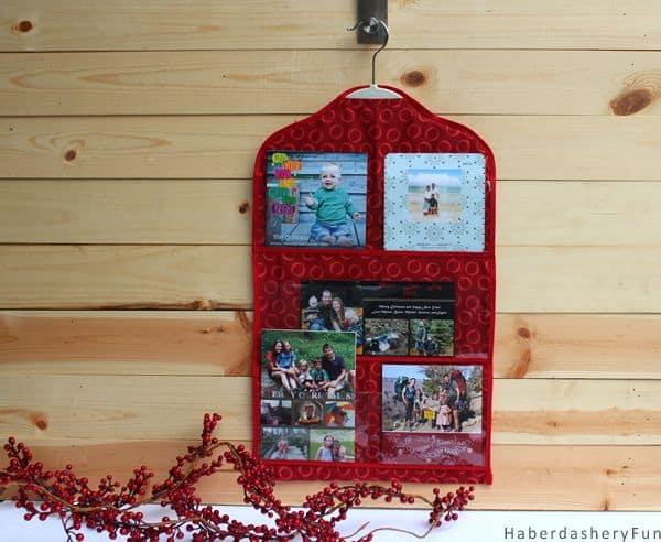Decoração com cartões postais é moderna e divertida (Foto: craftsnob.com)