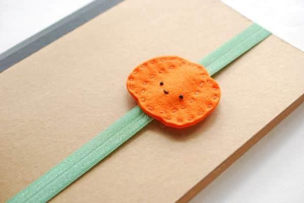 Esta abóbora que é um marcador de páginas em feltro pode ter as cores que você quiser (Foto: wildolive.blogspot.com.br)