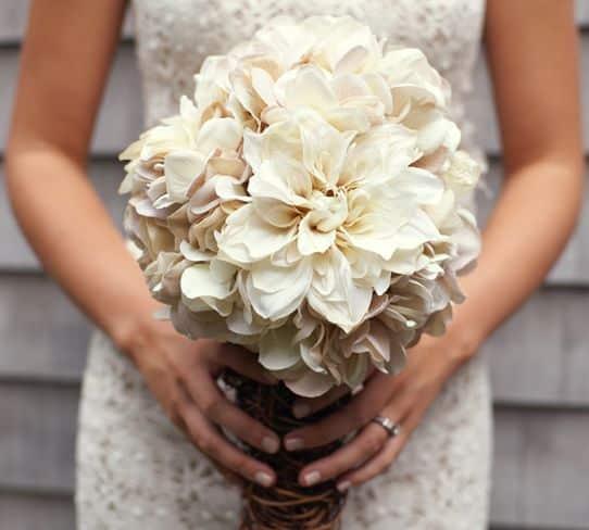 Buquê de noiva rústico é lindo e deixa qualquer noiva ainda mais charmosa (Foto: weddingchicks.com)