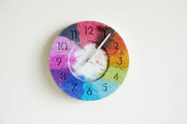 Faça relógio de parede personalizado também para vender (Foto: mrkate.com)