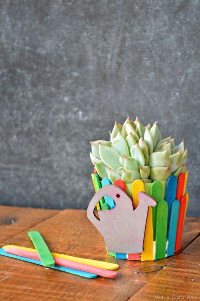 Vasinho de flores decorado com palito de picolé pode ficar em qualquer cômodo de sua casa (Foto: madincrafts.com)
