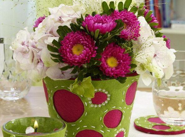 Decorar vaso de flores com feltro é diferente, mas muito fácil de ser conseguido (Foto: craft.easyfreshideas.com)