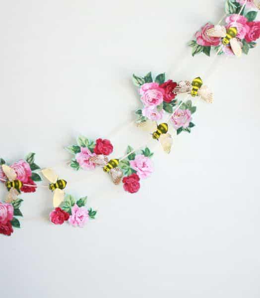 Decoração para parede com flores de papel é barata, mas muito linda (Foto: highwallsblog.com)