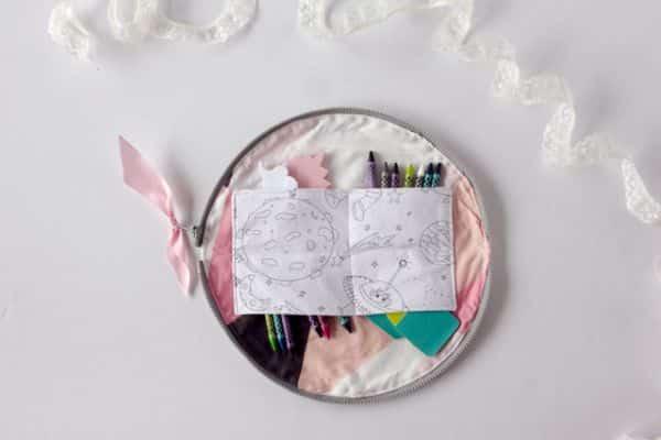 Estojo de tecido com zíper diferente organiza seu material e decora a sua mesa (Foto: seekatesew.com)