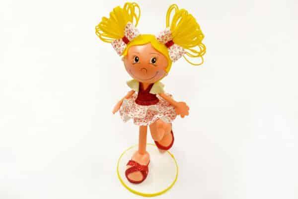 Boneca de EVA com isopor é ótima opção de presente (Foto: rioartesmanuais.com.br)