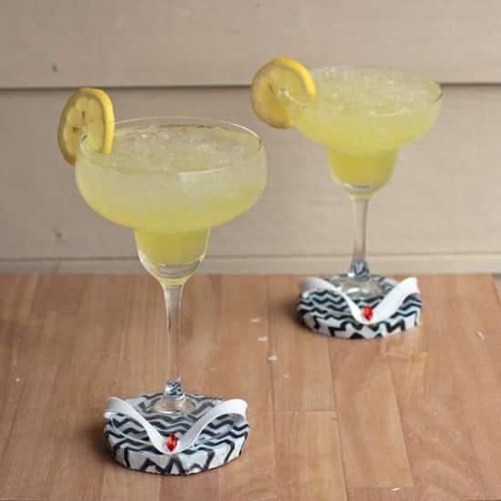 Coloque as mãos na massa e faça estes divertidos porta-copos de chinelo (Foto: shrimpsaladcircus.com)