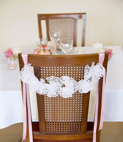 Decorar cadeiras para casamento é muito fácil (Foto: belleandchic.com)