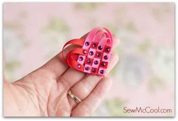 Coração de fita trançada é versátil e pode frequentar qualquer lugar (Foto: sewmccool.com)