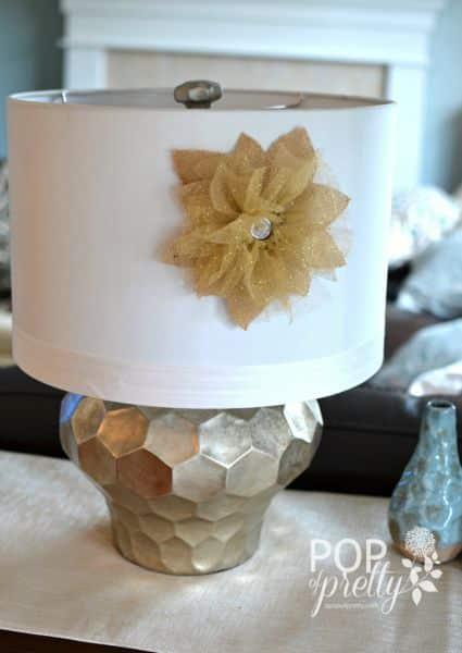 Flor rústica com tule pode enfeitar a peça que você quiser (Foto: apopofpretty.com)