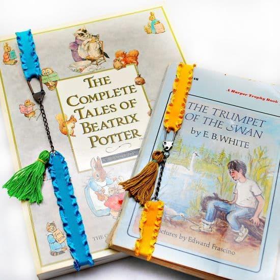 Faça vários deste marcador de livro com elástico, para você nunca ficar com livro sem esta peça (Foto: blitsy.com)