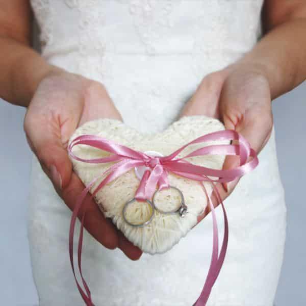 Porta-aliança em formato de coração deixa qualquer casamento mais charmoso (Foto: beinspiredbride.com)