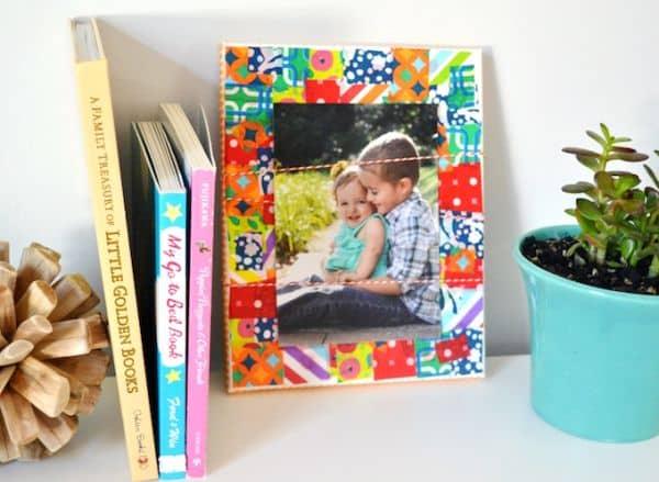 Este porta-retrato com decoupage pode ter as cores e estampas de sua preferência (Foto: modpodgerocksblog.com)