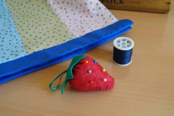 Alfineteiro moranguinho é fofo e útil (Foto: deshilachado.com)