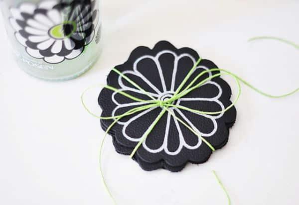 Porta-copos em couro personalizado é sofisticado e ainda pode ter o estilo que você quiser (Foto: lovemaegan.com)