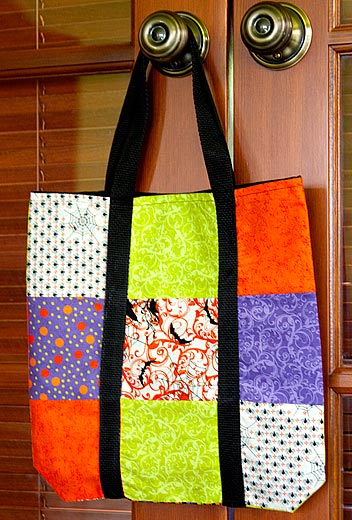 Bolsa de retalhos de tecido pode ter a combinação de cores ou de estampas de sua preferência (Foto: sew4home.com)